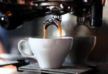 איך מתמודדים עם נזילת מים ממכונת הקפה?